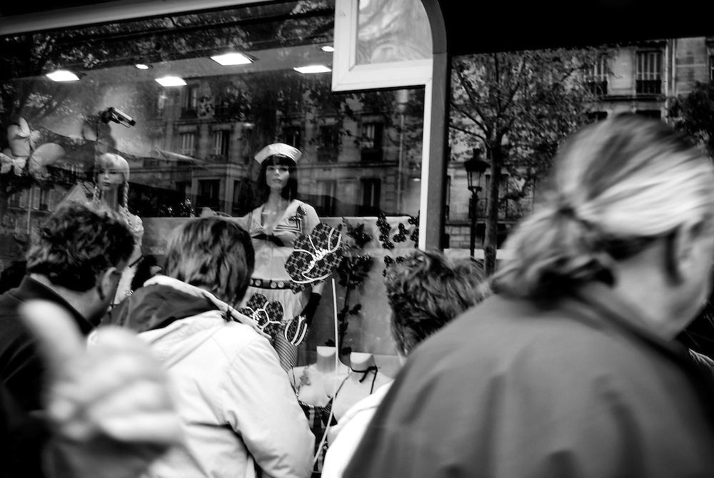 AMBIGUITIES OF PARIS - AMBIGUEDADES PARISINAS.Paris - France 2008.(Copyright © Aaron Sosa)