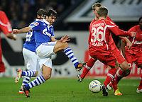 FUSSBALL   1. BUNDESLIGA   SAISON 2011/2012    15. SPIELTAG FC Schalke 04 - FC Augsburg            04.12.2011 RAUL (li, Schalke) gegen Stephan HAIN (re, Augsburg)