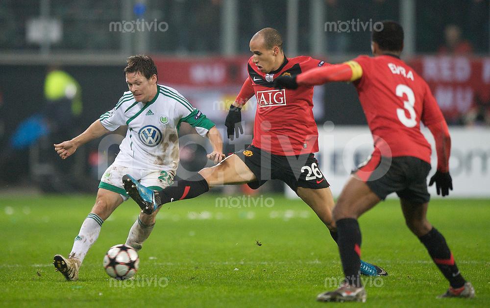 Fussball Uefa Champions League VFL Wolfsburg - Manchester United FC V.l. Sascha RIETHER (Wolfsburg) gegen Gabriel OBERTAN (Manchester) und Patrice EVRA (Manchester).