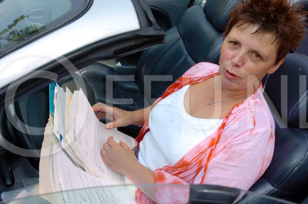 060705, hardenberg,ned<br /> Mieke Gaspers procedeert al jaren na een autoongeval.<br /> fotografie frank uijlenbroek&copy;2006 frank uijlenbroek