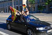 Wilsdruffer Straße, Auto mit Fußballfans, Oldtimer, Dresden, Sachsen, Deutschland.|.Wildsdruffer Strasse, football fans, Dresden, Germany