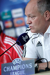 14.09.2010, estadio Santiago Bernabeu, Madrid, ESP, UEFA Champions League, Ajax Amsterdam, Trainning, im Bild Ajax Amsterdam's coach Martin Jol during press conference. EXPA Pictures © 2010, PhotoCredit: EXPA/ Alterphotos/ Alvaro Hernandez +++++ ATTENTION - OUT OF SPAIN / ESP +++++ / SPORTIDA PHOTO AGENCY