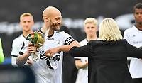 Fotball Menn Eliteserien Rosenborg-Viking<br /> Lerkendal Stadion,Trondheim<br /> 30 juli 2020<br /> <br /> Rosenborgs Tore Reginiussen får blomster for sin kamp nr 250 for Rosenborg<br /> <br /> <br /> Foto : Arve Johnsen, Digitalsport