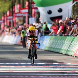 06-05-2016: Wielrennen: Giro: Apeldoorn<br />APELDOORN (NED) wielrennen <br />De 99e ronde van Italie is van start gegaan met een tijdrit of 9,8 kilometer door de straten van Apeldoorn. De finishlijn was getrokken op de Loolaan. Steven Kruijswijk