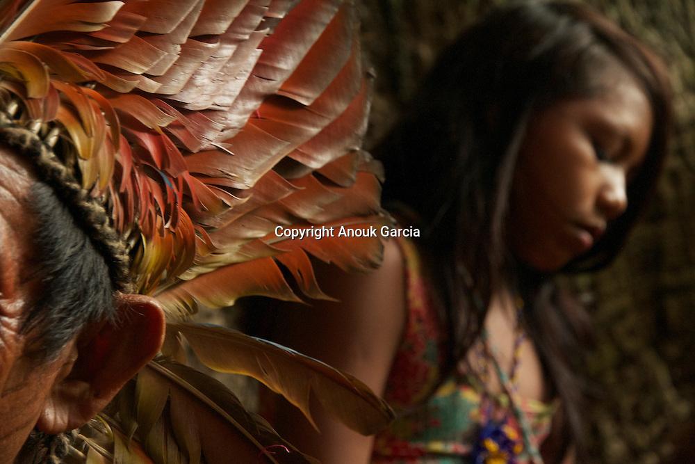 Muru écoute les chants des jeunes femmes.|Muru listens to the songs of the young women.