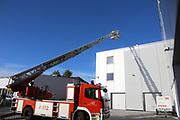 Mannheim. 12.06.17 | Freiwillige Feuerwehr übt <br /> Neckarau. Freiwillige Feuerwehr übt Rettungseinsatz in verwinkelten Gebäuden. Dazu hat das Lager Prime Selfstorage das Gebäude zur Verfügung gestellt. Übung der Freiwilligen Feierwehr <br /> <br /> <br /> BILD- ID 1065 |<br /> Bild: Markus Prosswitz 12JUN17 / masterpress (Bild ist honorarpflichtig - No Model Release!)