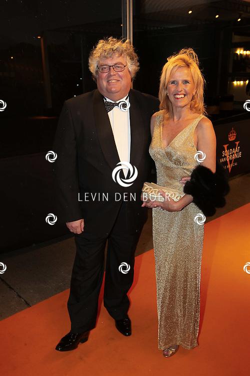 KATWIJK - Ton Elias en zijn vrouw zaterdag op de oranje loper van de galapremiere van Soldaat van Oranje - de Musical in de Theater Hangaar op de oude vliegbasis Valkenburg bij Katwijk. FOTO LEVIN DEN BOER - PERSFOTO.NU