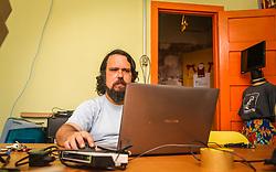 PORTO ALEGRE, RS, BRASIL, 21-01-2017, 12h25'34&quot;:   Retrato do Artista 3D Joel Grigolo, 46, no espa&ccedil;o Matehackers Hackerspace, da Associa&ccedil;&atilde;o Cultural Vila Flores, no bairro Floresta da capital ga&uacute;cha. A  Consultora de Desenvolvimento de Software na empresa ThoughtWorks. Desiree dos Santa, 32, fala sobre as dificuldades enfrentadas por mulheres negras no mercado de trabalho.<br /> (Foto: Gustavo Roth / Ag&ecirc;ncia Preview) &copy; 21JAN17 Ag&ecirc;ncia Preview - Banco de Imagens