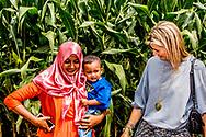 LAMPUNG - Koningin Maxima tijdens in gesprek met de eigenaren van kleine boerenbedrijven in de provincie Lampung. Maxima bezoekt Indonesie als speciaal pleitbezorger van de VN op het gebied van het toegankelijker maken van financiële diensten. ANP ROYAL IMAGES ROBIN UTRECHT NETHERLANDS ONLY