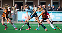 LAREN - Hockey -  Competitie Hoofdklasse Hockey dames : Laren-Oranje Rood (3-1). Naomi van As (Laren) met Yibbi Jansen (Oranje-Rood) en Maud Renders (Oranje-Rood)  COPYRIGHT KOEN SUYK