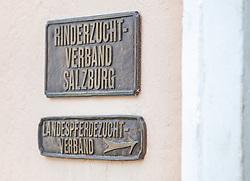 """29.04.2018, Maishofen, AUT, XII Weltkongress Pinzgauer Rind, im Bild das Schild """"Rinderzuchtverband Salzburg"""" und """"Landespferdezucht Verband""""// the sign """"Rinderzuchtverband Salzburg"""" and """"Landespferdezucht Verband"""" during the XII Pinzgauer cattle World Congress in Maishofen, Austria on 2018/04/29. EXPA Pictures © 2018, PhotoCredit: EXPA/ Stefanie Oberhauser"""