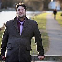 Nederland, Maarssen , 4 maart 2010..Michael George (Mike) Bodde (Rotterdam, 14 januari 1968) is een Nederlands cabaretier, die samen met Thomas van Luyn het duo Ajuinen en Look vormt..Ajuinen en Look zou het volgens de kenners ver schoppen, maar Mike Boddé ging lijden aan hevige depressies. Hij was daardoor enkele jaren niet in staat op te treden. Daarna keerde hij terug als soloartiest. Over zijn depressie heeft Boddé een boek geschreven, Pil, dat in maart 2010 verschijnt bij uitgeverij Nijgh & Van Ditmar..Foto:Jean-Pierre Jans
