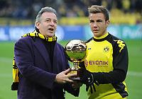 "Fotball<br /> Tyskland<br /> 11.12.2011<br /> Foto: Witters/Digitalsport<br /> NORWAY ONLY<br /> <br /> Auszeichnung ""Golden Boy"", v.l. Tuttosport-Redakteur Massimo Franchi, Mario Götze (Dortmund)<br /> Bundesliga, Borussia Dortmund - 1. FC Kaiserslautern"