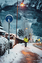 THEMENBILD - ein Fussgänger geht auf einem leicht verschneiten Gehsteig, der mit Straßenlaternen in der Dämmerung beleuchtet ist, aufgenommen am 29. Jänner 2020 in Kaprun, Oesterreich // a pedestrian walks on a sidewalk covered with light snow and illuminated by street lamps at dusk in Kaprun, Austria on 2020/01/29. EXPA Pictures © 2020, PhotoCredit: EXPA/Stefanie Oberhauser