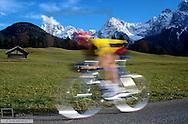 Mann faehrt mit einem Fahrrad, Rennrad, Fun, Action, Fitness (Modellfreigabe)