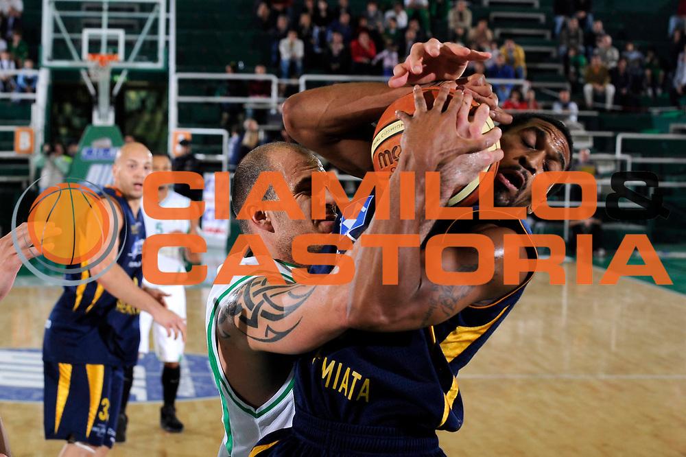 DESCRIZIONE : Avellino Lega A 2009-10 Torneo Vito Lepore Air Avellino Sigma Coatings Montegranaro<br /> GIOCATORE : Szymon Szewczyk Robert Hite<br /> SQUADRA : Air Avellino Sigma Coatings Montegranaro<br /> EVENTO : Campionato Lega A 2009-2010<br /> GARA : Air Avellino Sigma Coatings Montegranaro<br /> DATA : 03/10/2009<br /> CATEGORIA : rimbalzo curiosita<br /> SPORT : Pallacanestro<br /> AUTORE : Agenzia Ciamillo-Castoria/G.Ciamillo