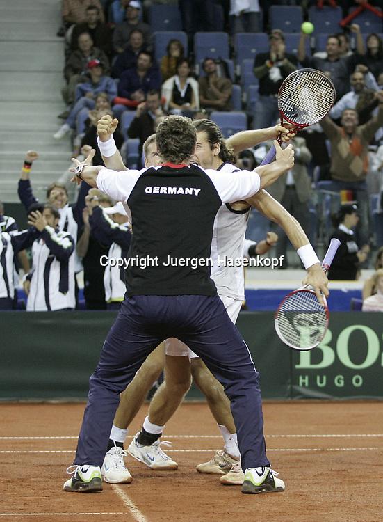 Sport, Tennis, Ausland, Davis Cup Begegnung  Tschechien gegen  Deutschland in der Tipsport Arena in Liberec, Doppel, Jubel der deutschen Mannschaft, 24.09.2005..