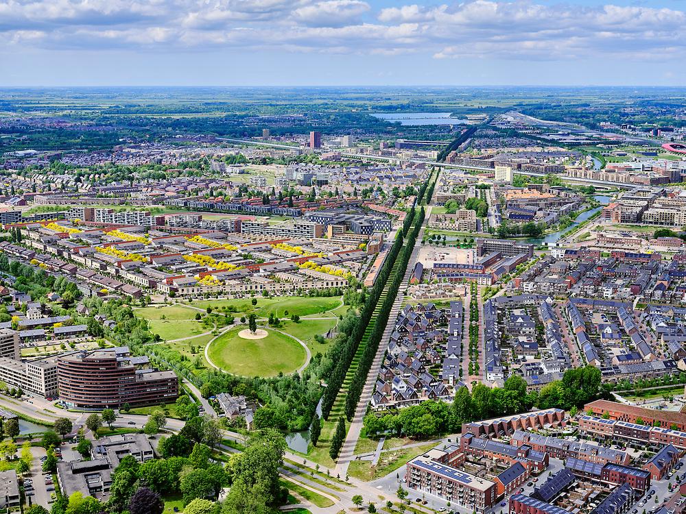 Nederland, Utrecht, Utrecht; 14–05-2020; stadsdeel Leidsche Rijn, gezien vanuit de wijk Hoge Weide, Park de Hoge Weide in de voorgrond. Diagonaal de Rijnkennemerlaan, richting spoorlijn en Vleutensebaan (vlnr). Haarrijnse Plas  in het verschiet.<br /> Leidsche Rijn district, the  Hoge Weide district in the foreground. Diagonally De Rijnkennemerlaan, in the direction of the railway and Vleutensebaan (left to right). <br /> <br /> luchtfoto (toeslag op standaard tarieven);<br /> aerial photo (additional fee required)<br /> copyright © 2020 foto/photo Siebe Swart
