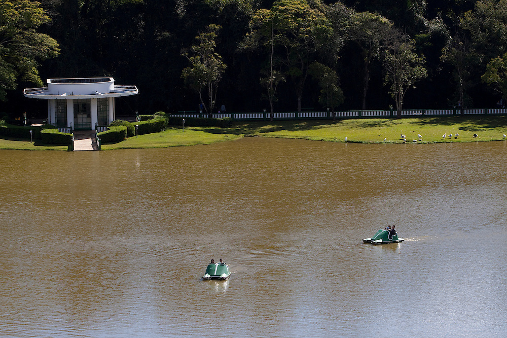 Sao Lourenco_MG, Brasil...Pessoas no pedalinho no Parque das Aguas em Sao Lourenco...The people in the paddle boat in  Water Park in Sao Lourenco...Foto: MARCUS DESIMONI / NITRO