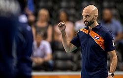 26-05-2017 NED: Nederland - Italie, Apeldoorn<br /> Kick off voor het Nederlands vrouwenteam begon met een oefenwedstrijd in Apeldoorn. Italië werd met 3-1 verslagen / Vreugde bij Nederland, Coach Jamie Morrison