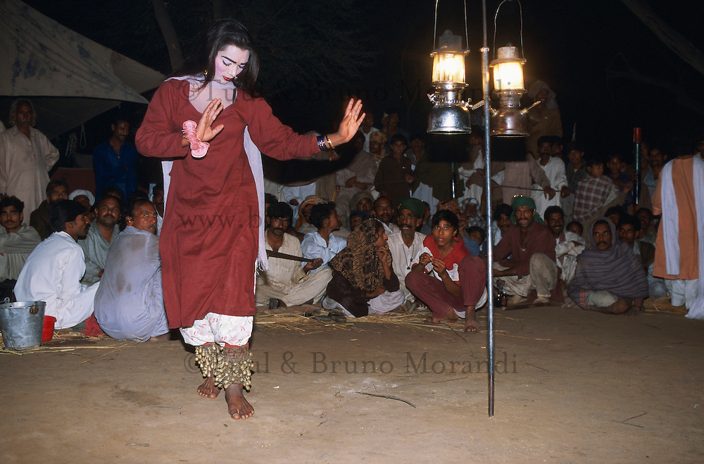 Pakistan - Hijra, les demi-femmes du Pakistan - Hijra qui danse à proximité de la tombe du saint soufi Baba Masta Wali Sarkar au punjab. // Pakistan. Punjab province. Hijra, the half woman of Pakistan. Hijra dance at night.