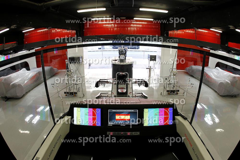 FORMEL 1: GP von Spanien, Barcelona, 08.05.2010<br /> Garage von McLaren, Illustration, Technik, Computer, Monitor<br /> &Atilde;'&Acirc;&copy; pixathlon