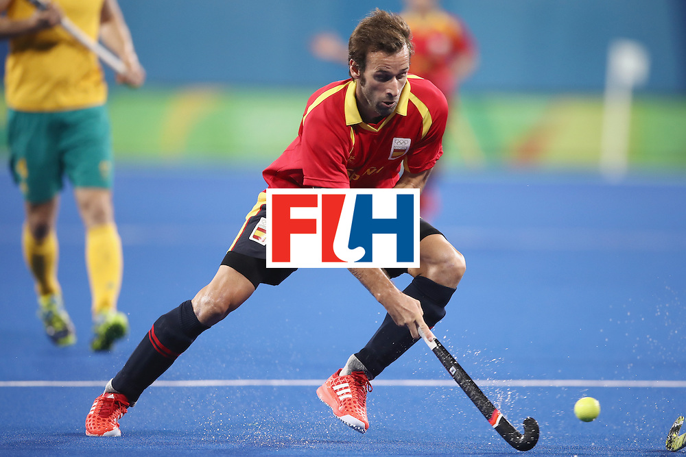 RIO DE JANEIRO, BRAZIL - AUGUST 07:  David Alegre of Spain runs the ball forward during the men's pool A match between Spain and Australia on Day 2 of the Rio 2016 Olympic Games at the Olympic Hockey Centre on August 7, 2016 in Rio de Janeiro, Brazil.  (Photo by Mark Kolbe/Getty Images)