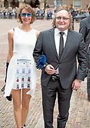 """DEN HAAG - Dion Graus met partner arriveert bij de Ridderzaal op Prinsjesdag. De ex-vrouw van PVV-Kamerlid Dion Graus heeft aangifte tegen hem gedaan vanwege psychische mishandeling en omdat hij haar zou hebben gedwongen seks te hebben met andere mannen. Dat zegt Joyce in gesprek met De Telegraaf. ,,Ik zag mij genoodzaakt aangifte te doen jegens mijn man, die ik jarenlang volledig vertrouwd heb, vanwege psychisch misbruik alsmede meerdere zedendelicten"""", zegt Joyce tegen de krant. Hij zou haar ook gedwongen hebben tot seks met andere mannen. Het Kamerlid zou haar dusdanig gemanipuleerd hebben, dat ze dacht dat ze op die wijze zijn privé-beveiligers terug moest betalen. robin utrecht"""