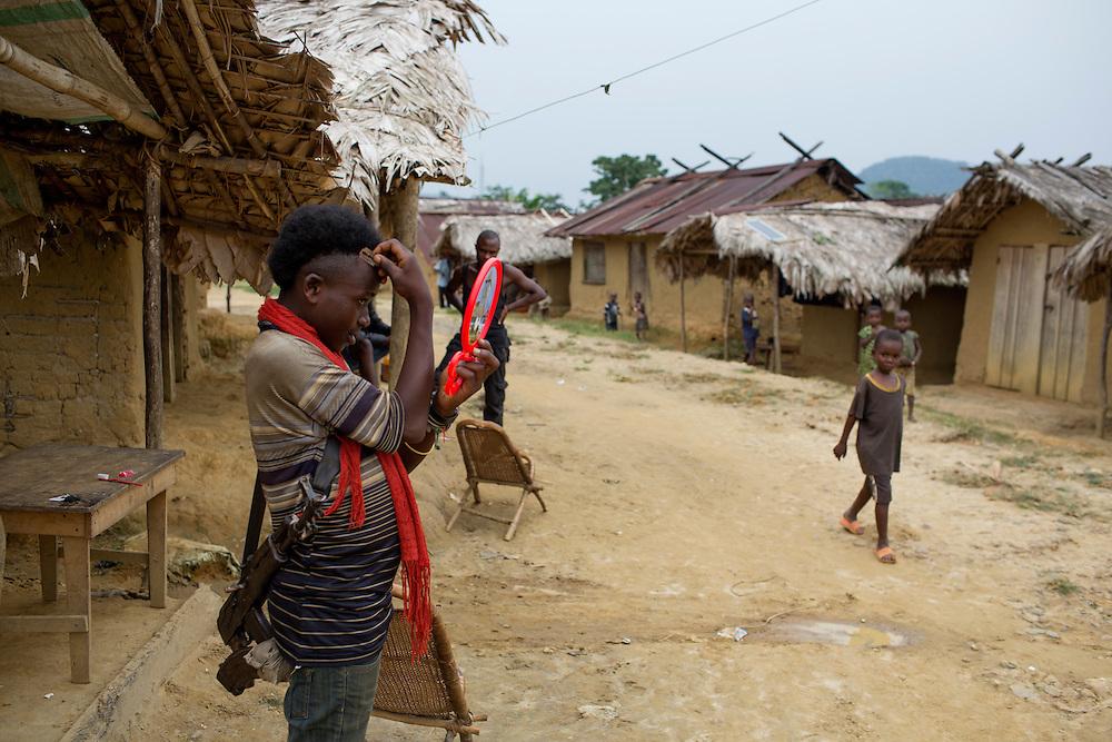 Nyambembe, Congo<br /> <br /> En av rebell gruppen RM, Raia Mutomboki, f&auml;sten &auml;r i byn Nyambembe.<br /> <br /> <br /> Photo: Niclas Hammarstr&ouml;m