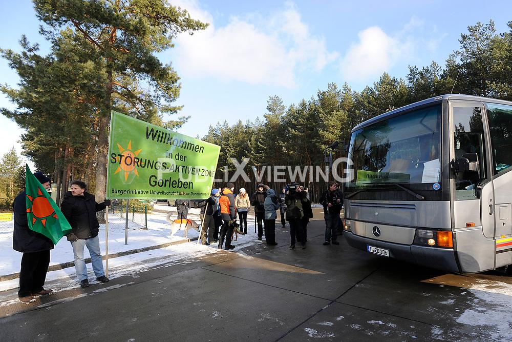 Protest vor der Pressekonferenz von Niedersachens Umweltminister Stefan Birkner (FDP) anl&auml;sslich seines Besuchs im Zwischenlager Gorleben. <br /> <br /> Ort: Gorleben<br /> Copyright: Annett Melzer<br /> Quelle: PubliXviewinG
