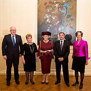 Prinses Beatrix bij Max van der Stoel Award, een award waarmee tweejaarlijks individuen of groepen die zich succesvol inzetten voor de positie van minderheden worden geeerd.//<br /> Princess Beatrix with Max van der Stoel Award, an award which biennial individuals or groups who are successfully committed to the position of minorities be honored.<br /> <br /> Op de foto:  (VLNR) Minister van Buitenlandse Zaken Frans Timmermans, Valentina Gritsenko, Director of human rights NGO Spravedlivost, Prinses Beatrix, Utkir Dhzabbarov, Senior Lawyer of Spravedlivost en Astrid Thors, OSCE High Commissioner on National Minorities.