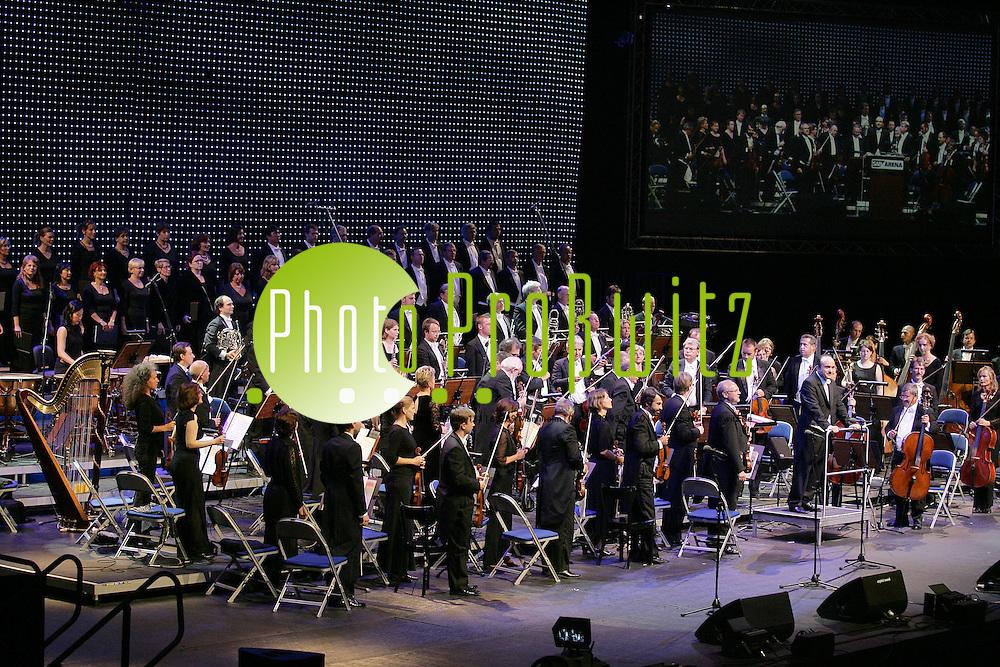 Mannheim. SAP Er&ouml;ffnung. Er&ouml;ffnungsaband. Das Orchester des Nationaltheater Mannheim unter der neuen Leitung von Fr&eacute;d&eacute;dric Chaslin. Bauherr der SAp Arena Dietmar Hopp begr&uuml;&szlig;t neben Ministerpr&auml;sident G&uuml;nther Oettinger auch Oberb&uuml;rgermeister Gerhard Widder. <br /> <br /> Bild: Markus Pro&szlig;witz<br /> ++++ Archivbilder und weitere Motive finden Sie auch in unserem OnlineArchiv. www.masterpress.org ++++