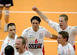 04-01-2006 VOLLEYBAL: CHAMPIONS LEAGUE ROESELARE - NESSELANDE: ROESELARE<br /> De ploeg van coach Peter Blangé bracht de cruciale uitwedstrijd tegen Knack Roeselare, al geplaatst, tot een goed einde: 3-2 / Jairo Hooi en Allan van de Loo<br /> ©2006-WWW.FOTOHOOGENDOORN.NL