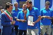 DESCRIZIONE : Firenze Raduno Collegiale Nazionale Italiana Maschile Premiazione Consegna Chiavi Citt&agrave; Firenze<br /> GIOCATORE :  Renzi Marco Bellinelli<br /> SQUADRA : Nazionale Italia Uomini <br /> EVENTO : Raduno Collegiale Nazionale Italiana Maschile <br /> GARA : Allenamento<br /> DATA : 15/07/2010 <br /> CATEGORIA : Premiazione<br /> SPORT : Pallacanestro <br /> AUTORE : Agenzia Ciamillo-Castoria/M.Gregolin<br /> Galleria : Fip Nazionali 2010 <br /> Fotonotizia : Firenze Raduno Collegiale Nazionale Italiana Maschile Premiazione Consegna Chiavi Citt&agrave; Firenze<br /> Predefinita :