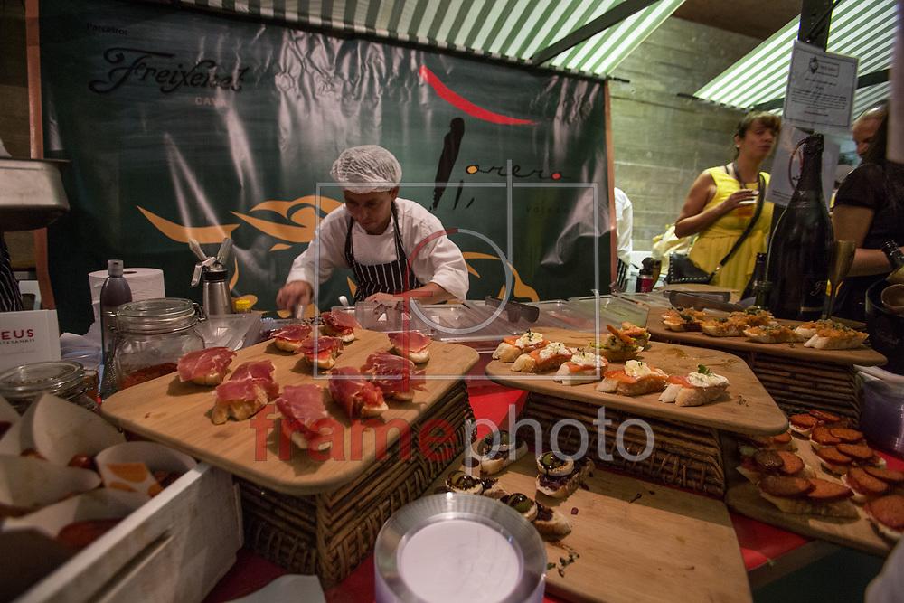 SP 21/03/2014 - A feira gastronômica O Mercado, que traz barracas com pratos de restaurantes renomados da cidade, que encerrou o Seminário da Noite Paulistana organizado pelo grupo CoLaborátorio, na Praça das Artes, no Centro. Foto: Juliana Knobel/Frame