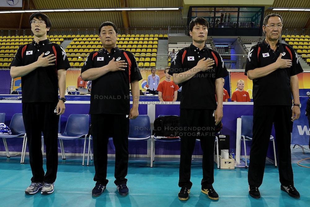 31-05-2014 NED: WLV Nederland - Zuid Korea, Eindhoven<br /> Staf Zuid Korea met Headcoach Kiwon Park