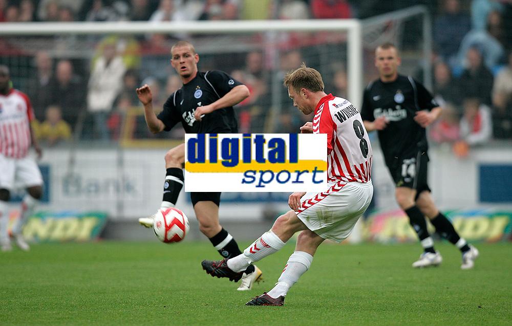 Fotball , 27. mai 2007 , AaB's Fredrik Winsnes skyder i kampen om turneringens tredjeplads i sidste runde af SAS Ligaen mellem Aab og OB p&aring; Aalborg Stadion, s&oslash;ndag. <br /> Norway only