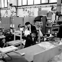 Cinesi al lavoro nei capannoni in Toscana