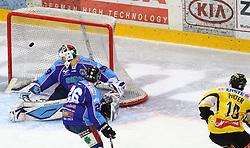 17.01.2012, Albert Schultz Halle, Wien, AUT, EBEL, UPC Vienna Capitals vs SAPA Fehervar AV19, im Bild Siegestor von cPhilipp Pinter, (UPC Vienna Capitals, #10), Justin Dacosta, (SAPA Fehervar AV19, #26) und Bence Balizs, (SAPA Fehervar AV19, #39) // during the icehockey match of EBEL between UPC Vienna Capitals (AUT) and SAPA Fehervar AV19 (HUN) at Albert Schultz Halle, Vienna, Austria on 17/01/2012, EXPA Pictures © 2012, PhotoCredit: EXPA/ T. Haumer