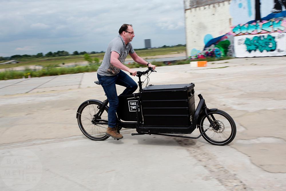 Een man rijdt op een bakfiets tijdens het bakfietstreffen. In Nijmegen wordt de internationale conferentie Velo City gehouden. Tijdens het meerdaags congres praten beleidsmedewerkers en de fietsindustrie over het gebruik van de fiets in het dagelijks leven. Daarnaast zijn er tal van fietsgerelateerde activiteiten.<br /> <br /> In Nijmegen the bike related congress Velo City 2017 is held. From all over the world people come to talk about the use of the bicycle as a way of transportation.