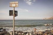 divieto di balneazione sulla spiaggia di Carini.<br />  ban on bathing in the polluted sea of Carini