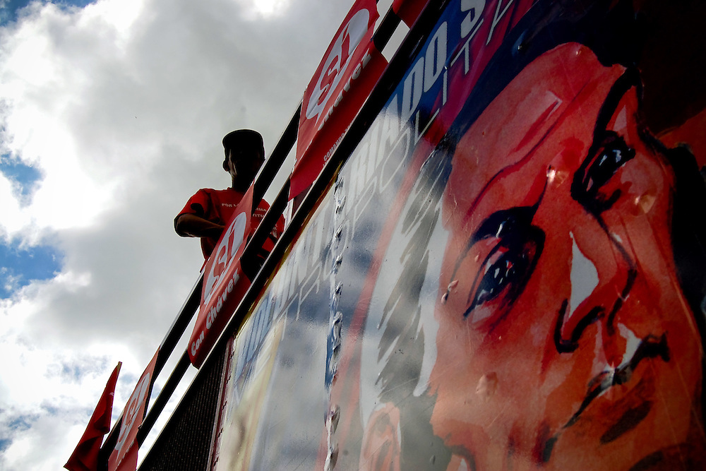 Imagen del Libertador Simon Bolivar en un camion que participa en una marcha del oficialismo en apoyo al presidente Hugo Chavez Frias, Caracas - Venezuela.Photography by Aaron Sosa.Venezuela 2007.(Copyright © Aaron Sosa)
