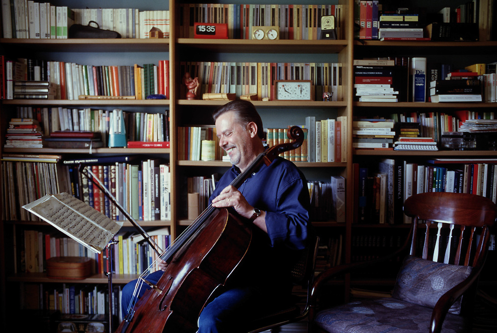 21 AUG 1996 - Feletto Umberto, Tavagnacco (UD) - Lo scrittore Paolo Maurensig nella sua casa. :-: Italian writer Paolo Maurensig at home.