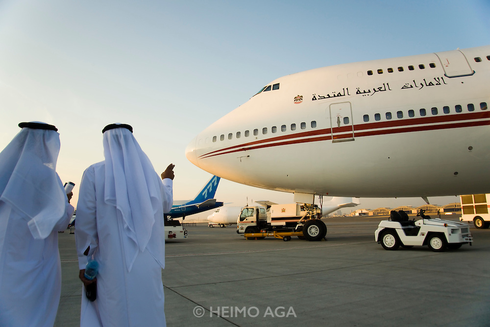 Dubai 2005, 9th International Aerospace Exhibition. Sheiks visiting the official U.A.E. governmental Boeing 747 Jumbo plane.