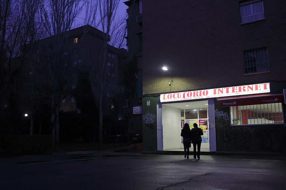 Aby y Ma. Elena se dirigen al locutorio del barrio para llamar a su familia, como lo hacen cada domingo.