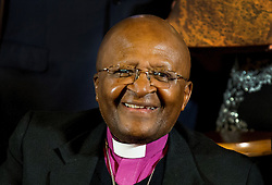 Der Friedensnobelpreisträger Desmond Tutu bei der Kinder Friedens-Preisverleihung in Den Haag<br /> <br />  / 181114 <br /> <br /> ***Desmond Tutu attend the 10th international Childrens peace award of Kidsright at the Hall of Knights in The Hague, November 18, 2014 ***