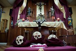 I tre crani reali utilizzati per la funzione sono stati riesumati durante la costruzione della chiesa.<br /> The tree skulls they use for the ceremony have been found during the church construction.