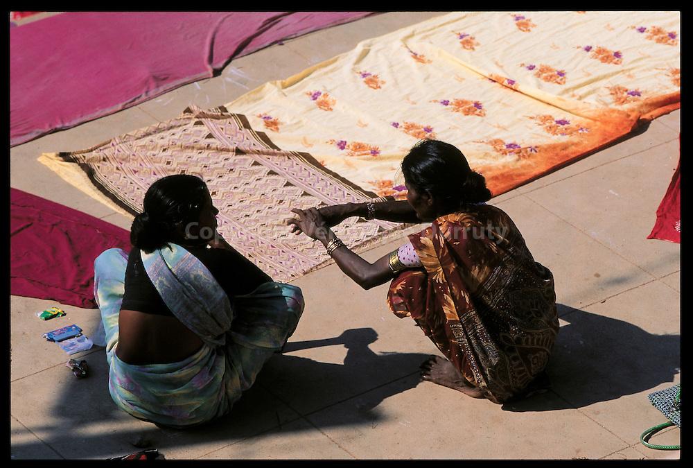 La lessive des saris a Tanjore, Inde