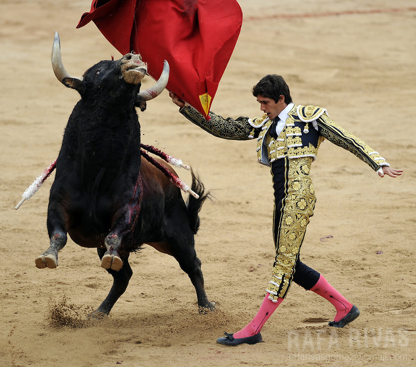French matador Sebastian Castella performs a pass with muleta to a Victoriano del Rio Cortes' bull, during the sixth corrida of the San Fermin festival, at the the Northern Spanish city of Pamplona's bullring, on July 12, 2012.  PHOTO / Rafa Rivas