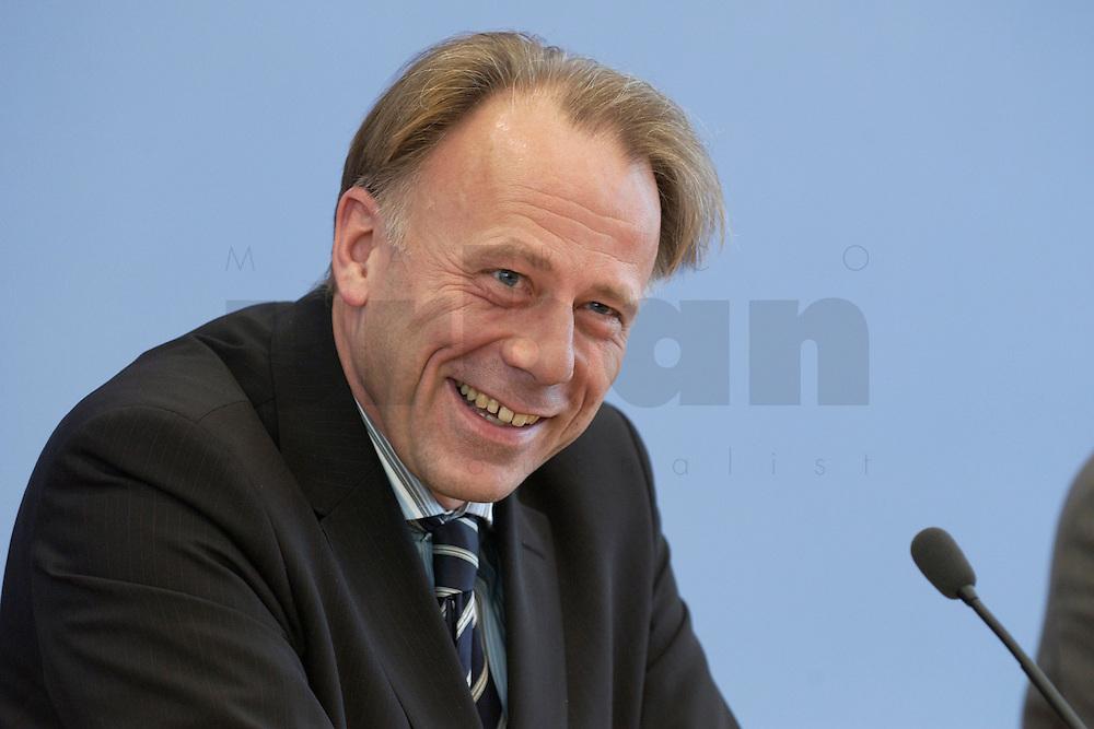31 MAR 2004, BERLIN/GERMANY:<br /> Juergen Trittin, B90/Gruene, Bundesumweltminister, waehrend einer Pressekonferenz zum Kabinettsbeschuss zum Emissionshandel, Bundespressekonferenz<br /> IMAGE: 20040331-01-025<br /> KEYWORDS: J&uuml;rgen Trittin, BPK